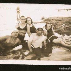 Fotografía antigua: 1279 - BONITA NIÑA MUJERES Y HOMBRES EN ANTIGUO BAÑADOR SENTADOS POR LA RIVERA - FOTO 9X6CM 1930'. Lote 277723113