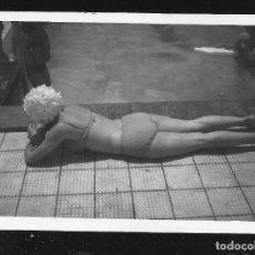 Fotografía antigua: 1280 - MUJER EN BIKINI ASOLEÁNDOSE DE ESPALDA POR LA PISCINA - FOTO 9X6CM 1960'. Lote 277723208