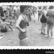 Fotografía antigua: 1281 - SEÑORITA EN BAÑADOR EN LA PLAYA Y MAS PERSONAS - FOTO 9X6CM 1950'. Lote 277723358