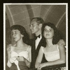 Fotografía antigua: 1296 - BONITAS SEÑORITAS CON LARGOS VESTIDOS Y HOMBRE CON TRAJE / FIESTA DE GALA - FOTO POSTAL 1940'. Lote 277832898
