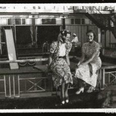 Fotografía antigua: 1298 - BONITAS SEÑORITAS EN EL PARQUE DE DIVERSIONES - FOTO POSTAL 1940'. Lote 277833073