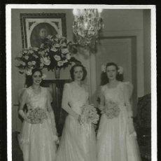 Fotografía antigua: 1299 - BONITAS SEÑORITAS CON LARGOS VESTIDOS / NOVIA JUNTO A SUS MADRINAS DE BODA FOTO POSTAL 1940'. Lote 277833388