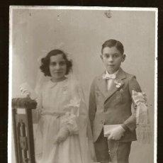 Fotografía antigua: 1300 - RELIGIÓN / NIÑO Y NIÑA EN SU PRIMERA COMUNIÓN Y FLORES - FOTO POSTAL 1940'. Lote 277834198