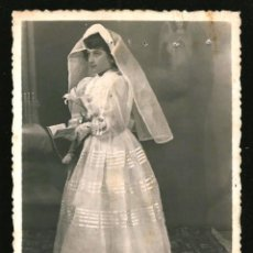 Fotografía antigua: 1301 - RELIGIÓN / NIÑA EN SU PRIMERA COMUNIÓN - FOTO 11X8CM 1940'. Lote 277834543