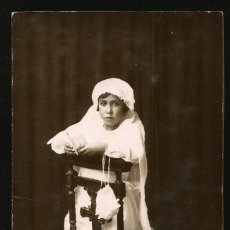 Fotografía antigua: 1302 - RELIGIÓN / NIÑA EN SU PRIMERA COMUNIÓN DE RODILLAS EN UNA SILLA - FOTO POSTAL 1930'. Lote 277834698