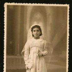 Fotografía antigua: 1303 - RELIGIÓN / NIÑA EN SU PRIMERA COMUNIÓN - FOTO POSTAL 1940'. Lote 277834883