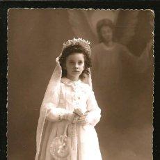 Fotografía antigua: 1304 - RELIGIÓN / NIÑA EN SU PRIMERA COMUNIÓN Y VIRGEN FLOTANDO SURREALISMO - FOTO POSTAL 1940'. Lote 277835073