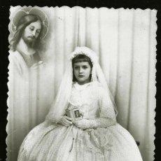 Fotografía antigua: 1305 - RELIGIÓN / NIÑA EN SU PRIMERA COMUNIÓN Y JESÚS CRISTO FLOTANDO SURREALISMO - FOTO POSTAL 1940. Lote 277835228