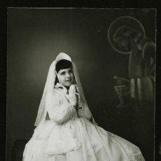 Fotografía antigua: 1307 - RELIGIÓN / NIÑA EN SU PRIMERA COMUNIÓN Y JESÚS CRISTO FLOTANDO SURREALISMO - FOTO POSTAL 1940. Lote 277835603