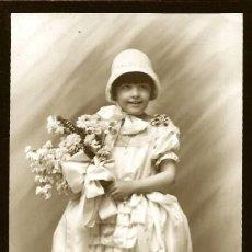 Fotografía antigua: 1311 - CARNAVAL / NIÑA CON BONITO VESTIDO EDUARDIANO Y FLORES - FOTO POSTAL 1940'. Lote 277835823