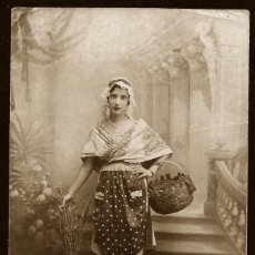 Fotografía antigua: 1314 - CARNAVAL / NIÑA CON BONITO VESTIDO CAMPESTRE Y CANASTA / FONDO SURREALISTA FOTO POSTAL 1920'. Lote 277836228