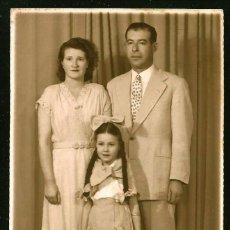 Fotografía antigua: 1315 - CARNAVAL / NIÑA CON BONITO VESTIDO CAMPESTRE Y LARGAS TRENZAS CON SUS PADRES FOTO POSTAL 1940. Lote 277836408