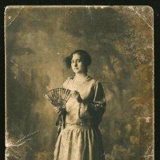 Fotografía antigua: 1316 - CARNAVAL / BONITA SEÑORITA CON ABANICO - FOTO POSTAL 1920'. Lote 277836653