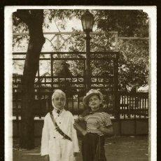 Fotografía antigua: 1318 - CARNAVAL / BONITAS NIÑAS EN DISFRAZ DE AVIADOR Y MARINO FUMANDO - FOTO POSTAL 1940'. Lote 277836803