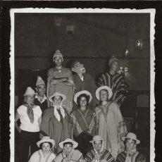 Fotografía antigua: 1319 - CARNAVAL / SEÑORITAS MUJERES Y HOMBRES CON PONCHOS Y MASCARA - FOTO POSTAL 1940'. Lote 278206863