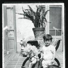 Photographie ancienne: 1348 - NIÑO CON EL CABALLO DE MADERA DE JUGUETE OSCILANTE - FOTO 14X8 1930'. Lote 278363683
