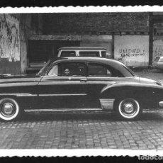 Photographie ancienne: 1367 - NIÑO EN UN CHEVROLET 1951 COUPE - FOTO 11X8CM 1950'. Lote 278366983