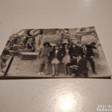Fotografía antigua: FOTOGRAFÍA ANTIGUA GRUPO JÓVENES AL PIE DE UNA FALLA. Lote 280121263