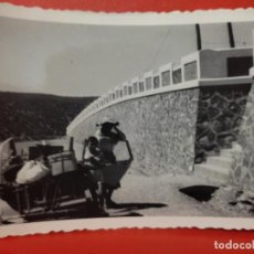 Fotografía antigua: BISCUTER CARGADO AÑOS 50 FOTO PARTICULAR DORSO ESCRITO 10 X 7 CMS PVNTAS CELOFAN. Lote 287665373
