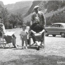 Fotografía antigua: *** CU1166 - FOTOGRAFIA - FAMILIA EN EL PARQUE ORDESA JUNTO A UN COCHE - 1955. Lote 287815733