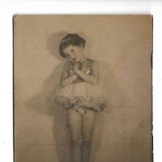 Fotografía antigua: 1R-EXTRAORDINARIA FOTOGRAFIA ANTIGUA - UNA NIÑA HACIENDO BALE - FOTO - - - - -. Lote 287997408