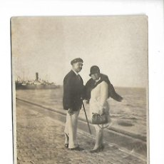 Fotografía antigua: 1R-EXTRAORDINARIA FOTOGRAFIA ANTIGUA - UN MATRIMONIO EN EL PUERTO - AÑOS 30-40. Lote 288007458