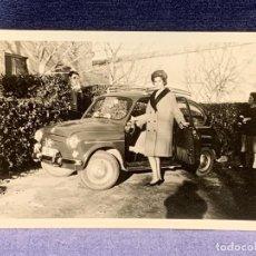 Fotografía antigua: FOTOGRAFIA MUJER POSANDO JUNTO A COCHE SEAT 600 COLOR 9X12,5CMS. Lote 288078958