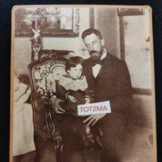 Fotografía antigua: ANTIGUA FOTOGRAFÍA. PADRE CON HIJA. INICIOS DE 1900 .25CM X 17CM. Lote 288895763