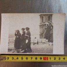 Fotografía antigua: TARJETA POSTAL FOTOGRÁFICA DE SEÑORAS SALIENDO DE UNA IGLESIA DESCONOCIDA, CATALUNYA?. Lote 288967273