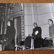 Fotografia antiga: DOÑA CARMEN POLO DE FRANCO EN LA IGLESIA DE SANTA CRUZ DE MADRID EN EL FUNERAL POR GRAL FRANCO. 1976. Lote 289862793