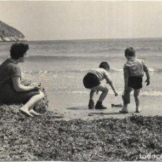 Fotografía antigua: *** T77 - FOTOGRAFIA - SEÑORA CON SUS NIÑOS EN UNA PLAYA. Lote 289866083