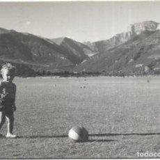 Fotografía antigua: *** T218 - FOTOGRAFIA - NIÑITO JUGANDO A LA PELOTA - PLANDUVIAR 1957. Lote 289869198