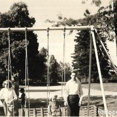 Fotografía antigua: *** T254 - FOTOGRAFIA - FAMILIA EN UNOS COLUMPIOS. Lote 289871248
