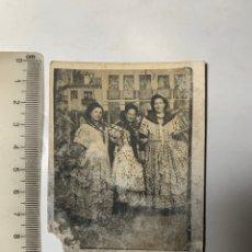 Fotografía antigua: FOTO. EN LA IMPROVISADA FERIA DE ABRIL. VALENCIA FERIA NAVIDAD, 1947. FOTÓGRAFO MINUTERO?.. Lote 293953348