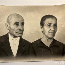 Fotografía antigua: ALCOY, FOTOGRAFÍA RETOCADA A CARBONCILLO… PILAR Y DIONOSIO (H.1930?) MEDIDAS: 18 X 24 CM.,. Lote 293970853