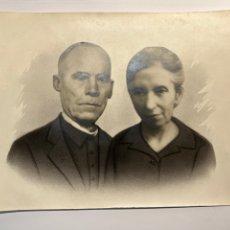 Fotografía antigua: ALCOY, FOTOGRAFÍA RETOCADA A CARBONCILLO… DOLORES Y ANTONIO (H.1930?) MEDIDAS: 18 X 24 CM.,. Lote 293970948