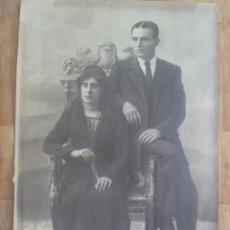 Fotografía antigua: ENORME FOTO ESTUDIO DE PAREJA, ELLA CON VELO Y ABANICO. FINALES XIX O PRINCIPOS XX .. 40 X 60 CM. Lote 295512698