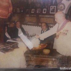 Fotografia antiga: FOTOGRAFIA , SALVADOR DALÍ CON GALA Y SR. SABATÉ EN EL MESÓN CÁNDIDO SEGOVIA. Lote 295532348