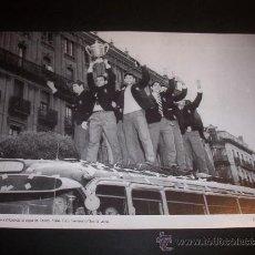 Coleccionismo deportivo: EL REAL ZARAGOZA EXHIBIENDO LA COPA DE FERIAS 1964. FOTO: FERNANDO GARCIA LUNA. Lote 25521642