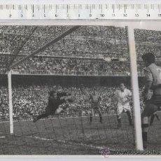 Collezionismo sportivo: FOTO DE PRENSA DE FUTBOL DEL REAL MADRID - VALLADOLID JUGADOR SASO RIAL DI STEFANO. Lote 27155058