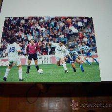 Coleccionismo deportivo: REAL MADRID: FOTO DE FERNANDO HIERRO EN PUGNA CON BEBETO. Lote 26569787