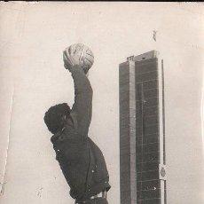 Coleccionismo deportivo: CADIZ C.F - ESTADIO CARRANZA, PARADA DEL PORTERO DEL ELDA, QUINO ACOSANDO. FOTOS SILVESTRE. Lote 27064300