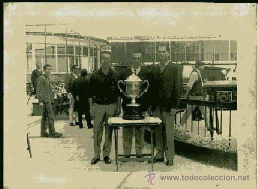 FOTOGRAFIA PREMIOS TIRO DE PICHON 1966 FOTO FLORENTINO BUENO MADRID DETERIORADA .... (Coleccionismo Deportivo - Documentos - Fotografías de Deportes)