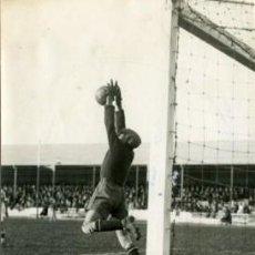 Coleccionismo deportivo: FÚTBOL.- 18.3.1936.- UNA PARADA DE URQUIAGA EN EL ENCUENTRO ATHLETIC DE MADRID - BETIS, EN EL QUE ... Lote 29028772