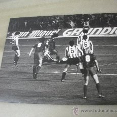 Coleccionismo deportivo: FOTOGRAFIA PARTIDO DE LIGA FC. BARCELONA - ATH. BILBAO AÑOS 80 . Lote 30233520