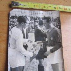 Coleccionismo deportivo: VIGO FOTO TOMAS ORIGINAL - FUTBOL INTERCAMBIO DE BANDERINES CELTA DE VIGO - LEONESA - APROX 1955 +. Lote 31683554