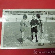 Coleccionismo deportivo: FOTO PARTIDO FUTBOL AÑOS 60. Lote 32034392