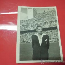 Coleccionismo deportivo: FOTO PARTIDO FUTBOL AÑOS 60 DE UN ARBITRO COLEGIADO EN EL SANTIAGO BERNABEU MADRID. Lote 32034440