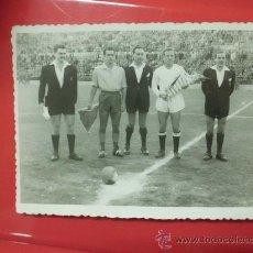 Coleccionismo deportivo: FOTO PARTIDO FUTBOL AÑO 50 60 DE ARBITRO COLEGIADOS LAS PALMAS 1 CULTURAL LEONESA 2 ORIGINAL EPOCA. Lote 32034503