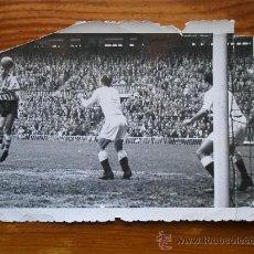 Coleccionismo deportivo: FOTOGRAFÍA ANTIGUA FÚTBOL. ATHLETIC BILBAO - REAL MADRID. REMATE DE CABEZA DE ZARRA. AÑOS 50. Lote 34411362
